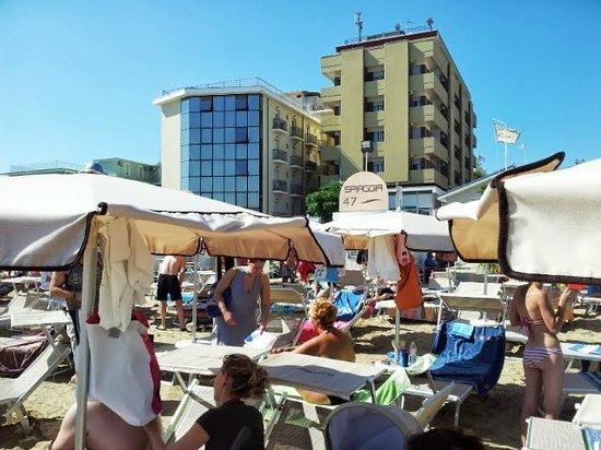 Hotel Ambasciatori: Vista Hotel dalla spiaggia 47