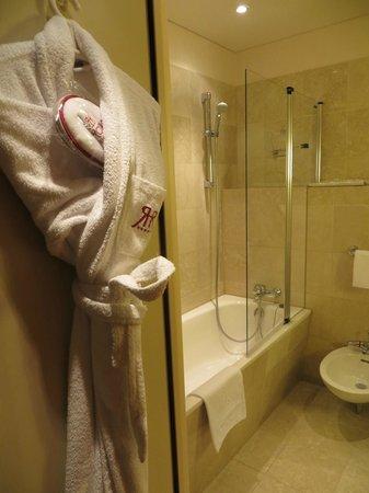 Le Royal Hotels & Resorts - Luxembourg: baño con albornoz