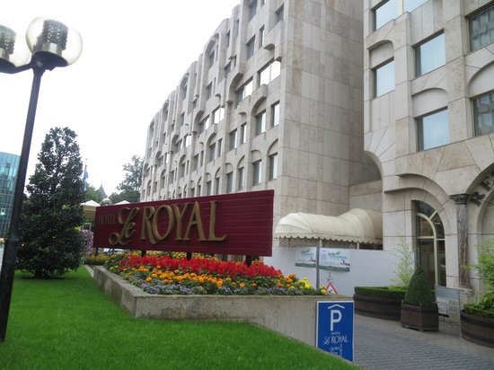 Le Royal Hotels & Resorts - Luxembourg: entrada al hotel