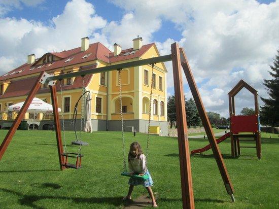 Palac w Rymaniu: children play grounf