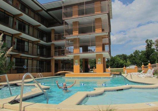 Americana Inn & Suites: wonderful pool area
