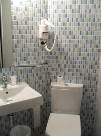 B&B Hotel Barcelona Mollet: a casa de banho algo apertada
