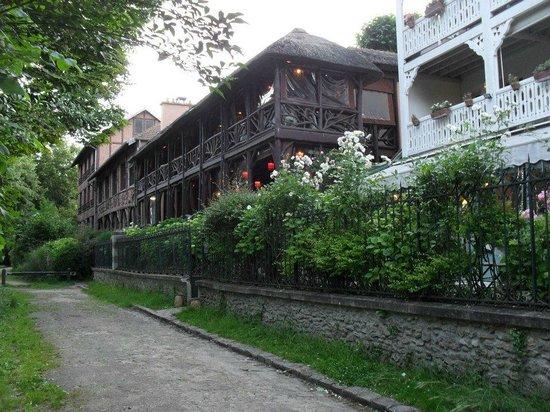 Les Etangs de Corot : l un des restaurants vue de l etang