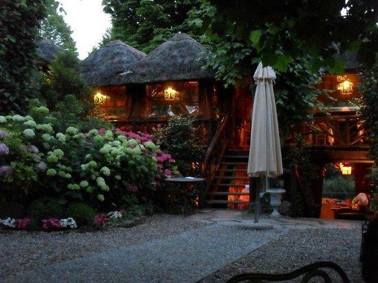Les Etangs de Corot: restaurant vue de l interieur de l'hotel