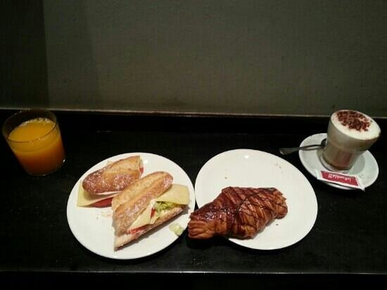La Rambla 31: vegetable sandwitch and croissant with cappuccino