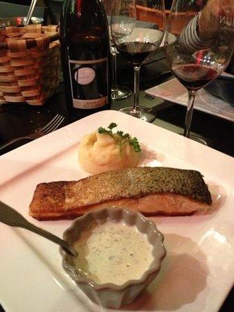 la diva : Pavé de saumon Grillé . sauce Basilic et purée maison...
