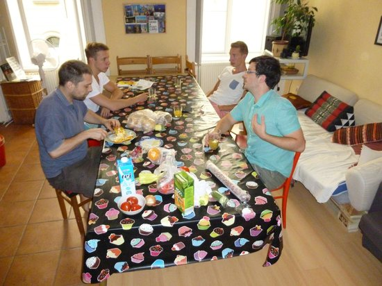 Budapest Centrum Hostel: Breakfast with Alex (on the left)