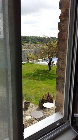 Le Castel : vue sur la piscine depuis la SDB