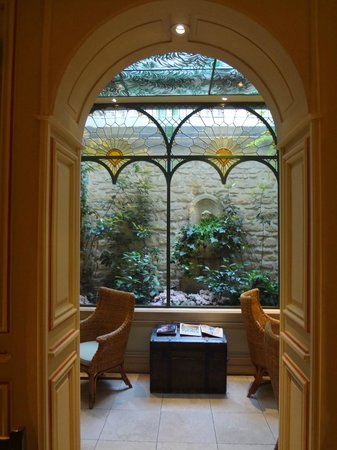 Au Manoir Saint Germain De Pres : Windows in breakfast room