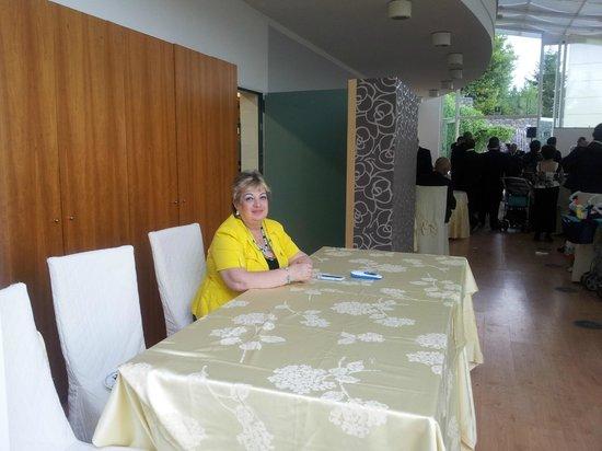 Hotel Esperia Palace: Uno dei locali per ristorazione con, in giallo, la titolare Enza Cutuli