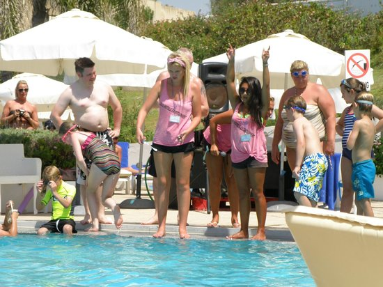 Louis Imperial Beach: Poolside entertainment