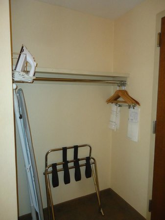 Travelodge Hotel Saskatoon: Room - 1 Nice size closet with ironing board