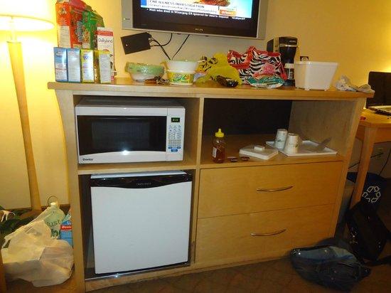 Travelodge Hotel Saskatoon: Room - 2 Microwave and Fridge - laminate missing at bottom