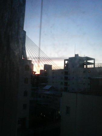 Hotel New Murakoshi : 青森ベイブリッジの近くで、窓からもよく見えます。