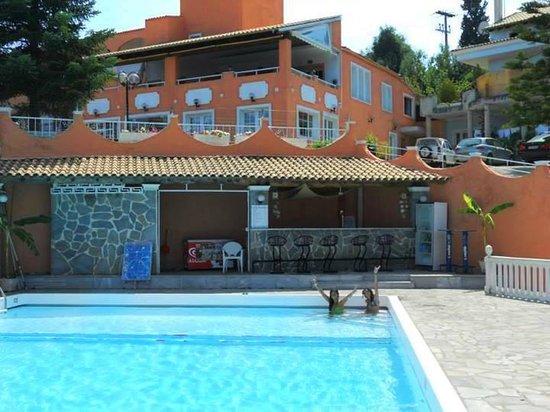Piscina hotel picture of victoria hill hotel dassia for Piscinas vitoria