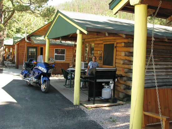 Janssen's Lodestone Motel & Cabins : Park bike nearly on front porch.  Nice BBQ grill on porch.