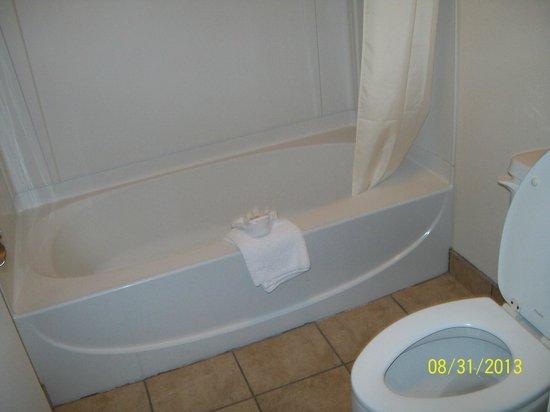 Americas Best Value Inn-Nashville/Downtown : Clean Tub