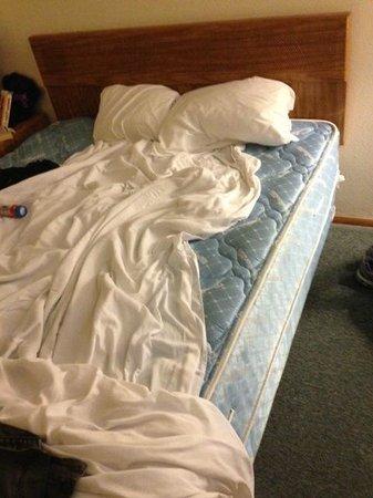 Silver Sands Motel: Too small mattress pad AND NO BOTTOM SHEET