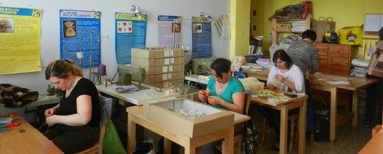 Il Laboratorio Da Tutti i Paesi: le mamme artigiane al lavoro dentro al Laboratorio