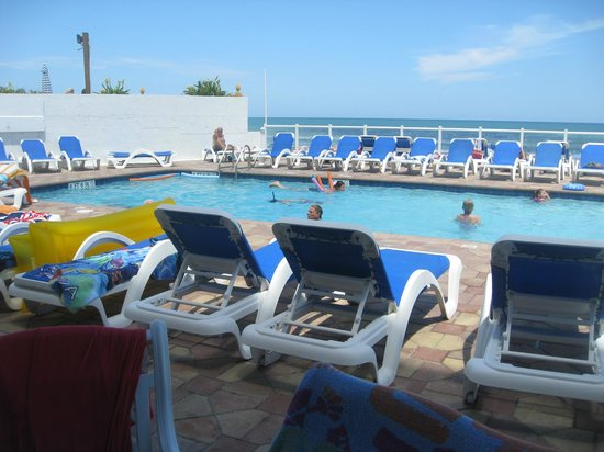 Tropical Winds Oceanfront Hotel: Step down from the pool right onto Daytona Beach