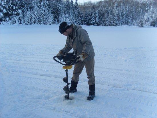 Hotel Sacacomie: forage du trou pour la pêche sur glace