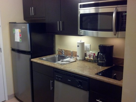 TownePlace Suites Bethlehem Easton: Kitchen/cooking area