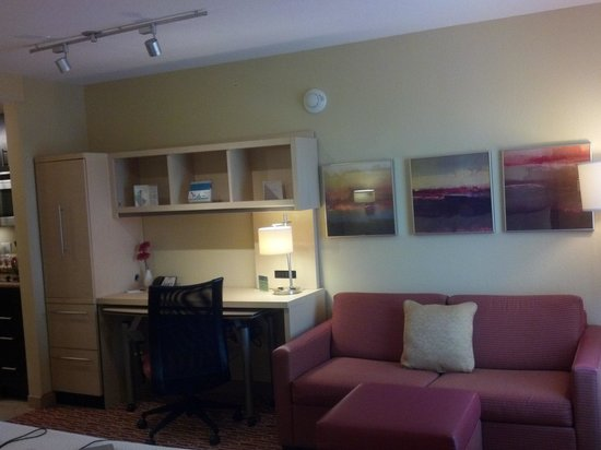 TownePlace Suites Bethlehem Easton: Desk and sitting area
