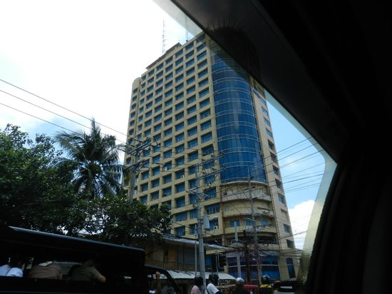 Golden Peak Hotel & Suites Cebu: The Hotel from my outside view