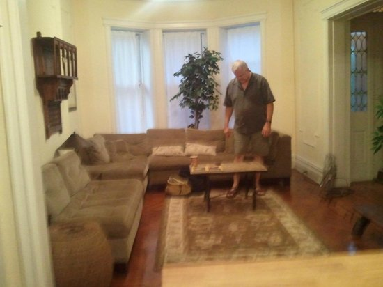 Lefferts Manor Bed & Breakfast : Sitting room as you enter the brownstone.