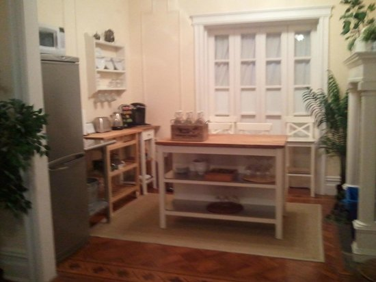 Lefferts Manor Bed & Breakfast: Kitchenette area.  No sink but good for heating and storing food.
