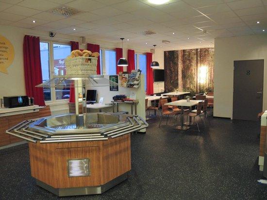 Yess! Hotel Kristiansand: Breakfast area near reception