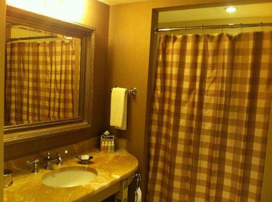 Hotel Commonwealth: Junior Suite Bathroom