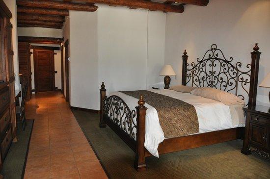 Hotel Quinta Misión: Habitación con cama king size y 2 literas. Además de cocineta, sala y baño