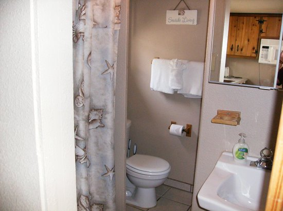 Sea Haven Motel: Tiny bathroom