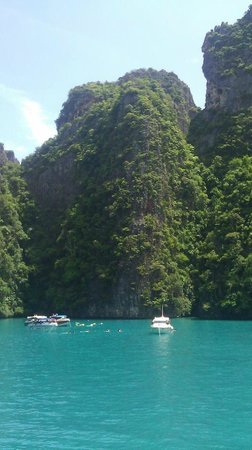 Phi Phi Andaman Beach Resort: Ton Sai Bay boat ride