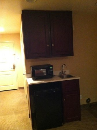 Holiday Inn Express Hotel & Suites Los Angeles Airport Hawthorne: Microwave and coffee maker