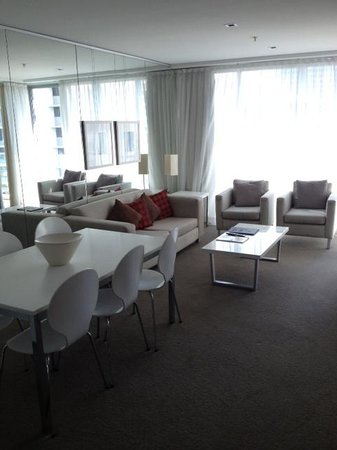 Artique Surfers Paradise: Living area