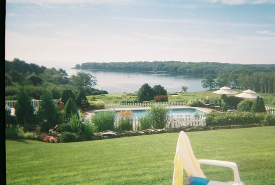 Strawberry Hill Seaside Inn: View of the hotel pool and the cove