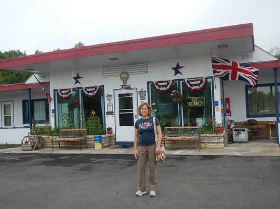 White House Motel: Front of office