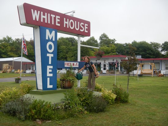 White House Motel: Sign in front of motel