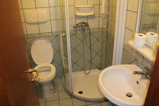 Tirreno Hotel : Clean and modern bathroom