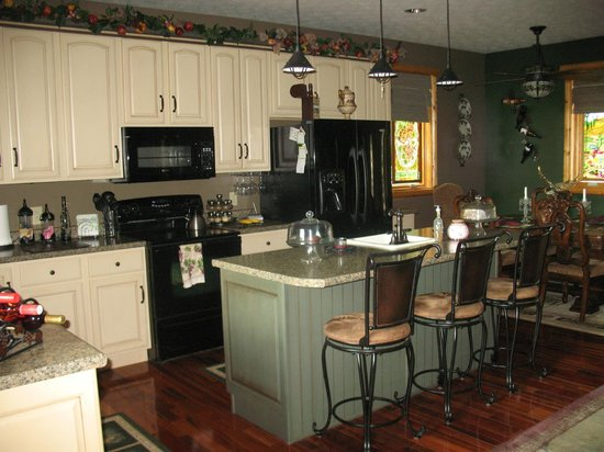 Eagles View Bed & Breakfast: Kitchen area for the main floor. Breakfast is served at the table in the background.
