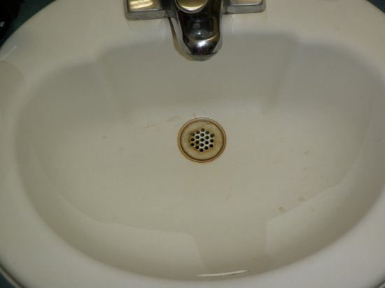 Monterey Beach Dunes Inn: Sink clearly not cleaned