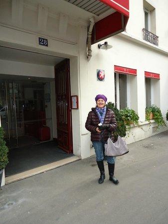 Ibis Styles Paris 15 Lecourbe: Calçada ; frente do Hotel para rua