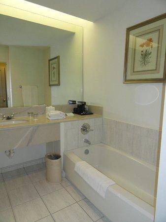 Trianon Old Naples: Corner Room 316 - Bathroom includes walk in shower