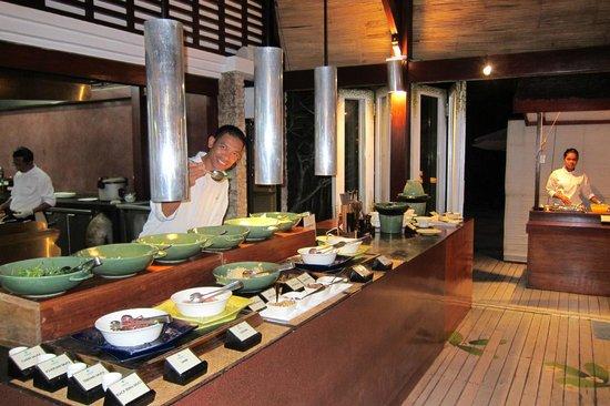 Wakatobi Dive Resort: dining buffet