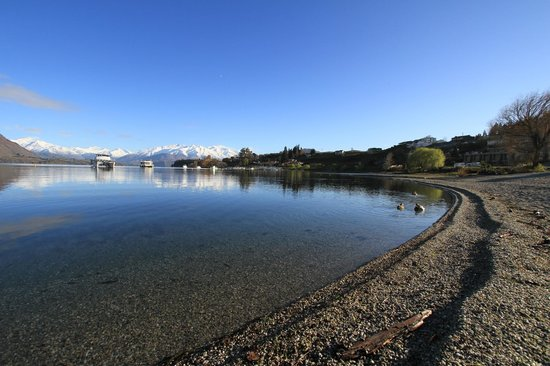 Wanaka Hotel: Wanaka lake - across from the main road