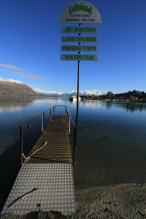 Wanaka Hotel: Another view from stony beach at water's edge