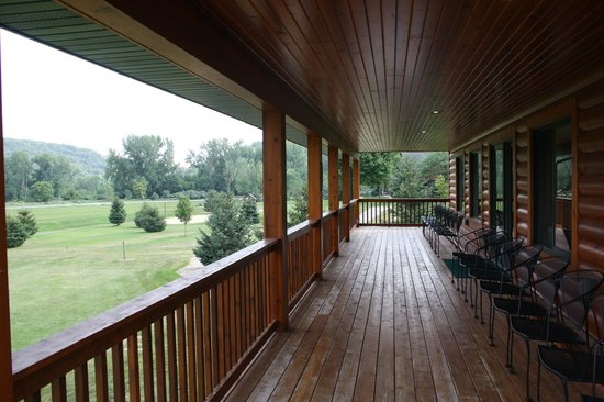 Cedar Valley Resort : The deck overlooking the beautiful grounds