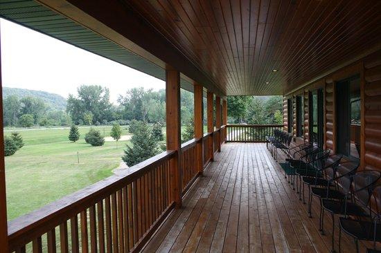 Cedar Valley Resort: The deck overlooking the beautiful grounds